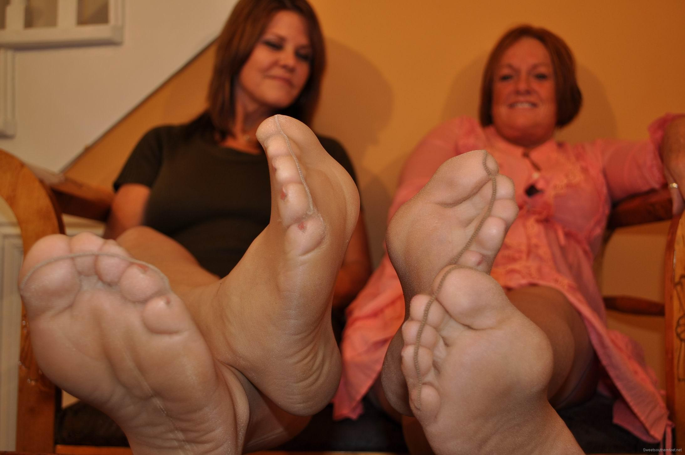 Hide them Footjob with nylon during the